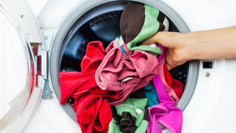 jak uratowac zafarbowane w praniu ubrania
